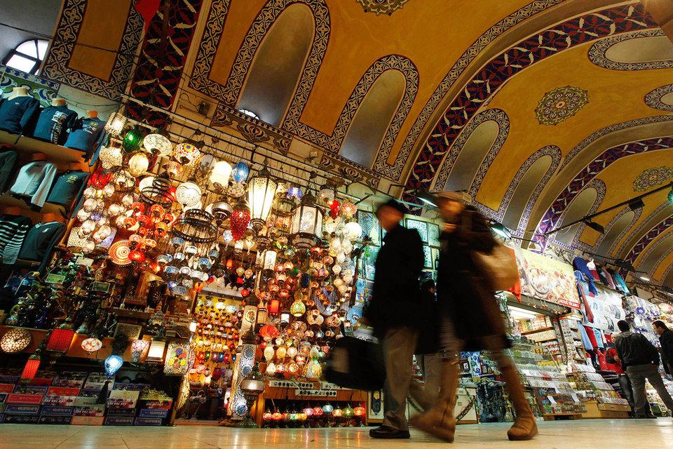"""На узких улочках за Большим базаром в Стамбуле начинается один из маршрутов, по которому деньги переправляются на территорию, подконтрольную """"Исламскому государству"""", и обратно"""