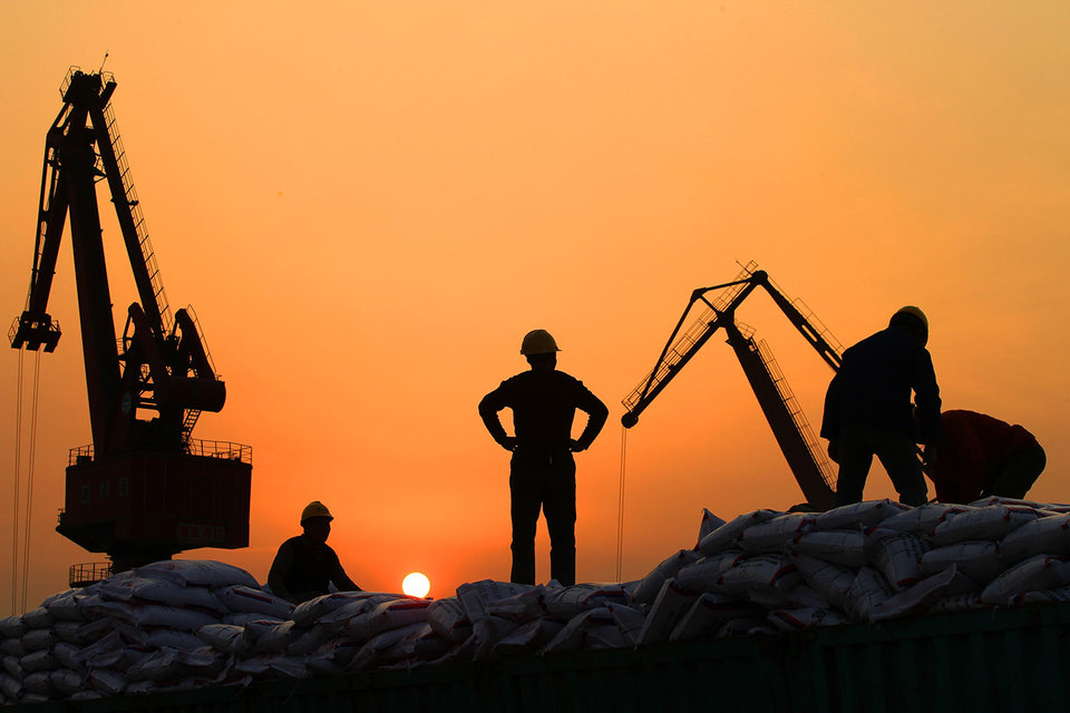 Замедление экономики Китая и других развивающихся стран также во многом способствовало снижению активности мировой торговли, пишет FT