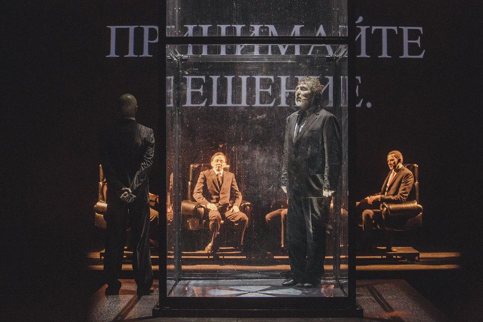 Актер Петр Семак играет спектакль в стеклянной клетке