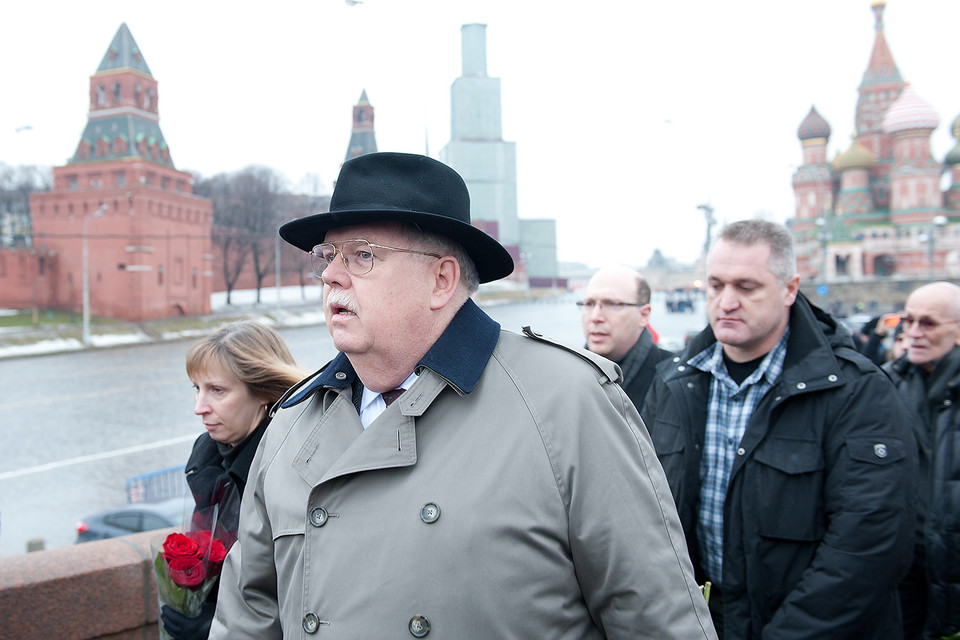 Посол США в России Джон Теффт на месте убийства Бориса Немцова