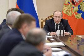 Российские нефтяные компании не хотят сокращать добычу ради стабилизации цен на нефть, но пообещали президенту Владимиру Путину не добывать больше пиковых январских уровней