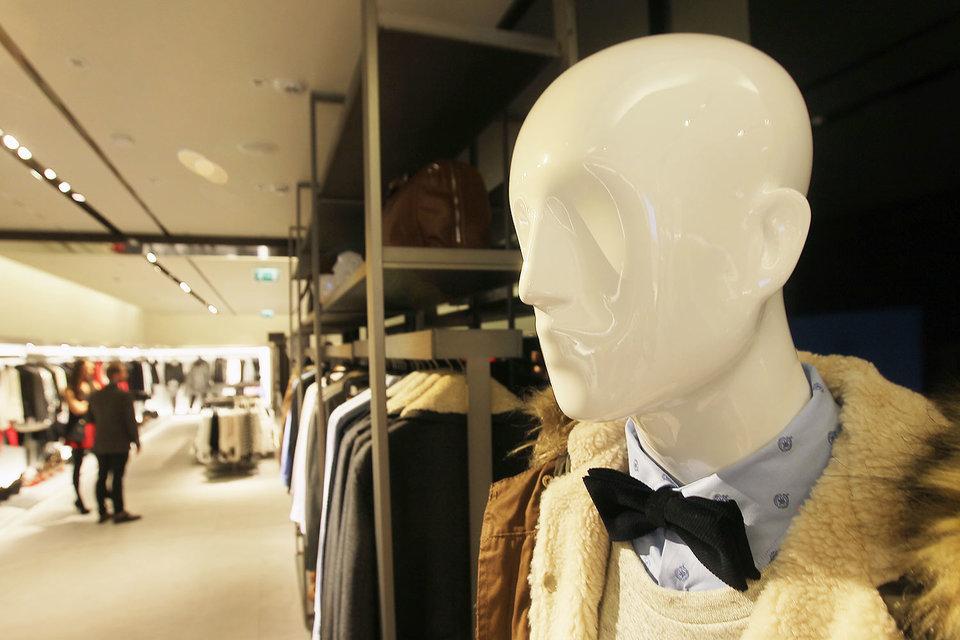 Продажи одежды и обуви уходят в интернет, говорят аналитики