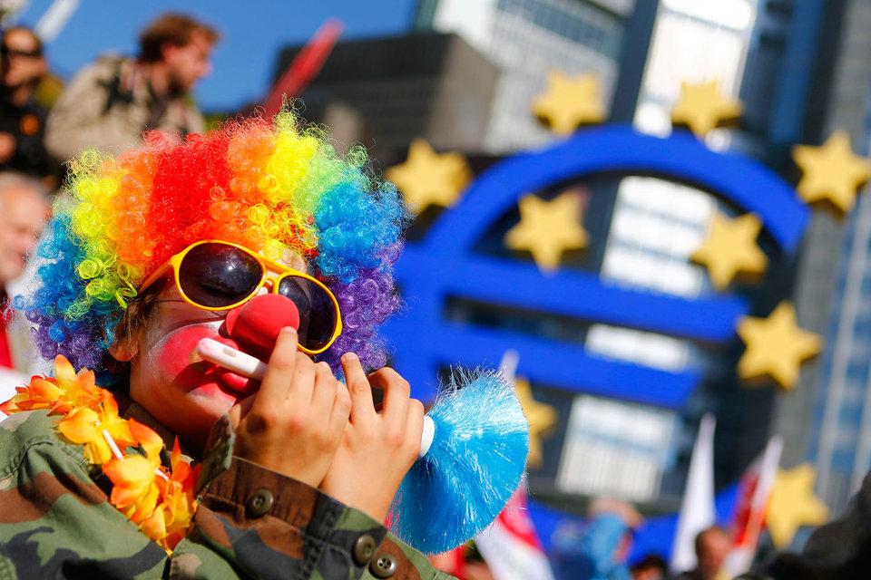 Решение ЕЦБ повлекло снижение евро к доллару на 1%
