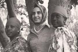 Молодые жители Африки в национальной турецкой одежде танцуют под турецкую музыку – это первое, что бросается в глаза на выставке Кекена Эргуна «Молодые турки»
