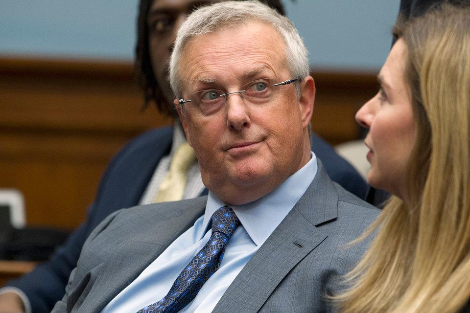 Генеральный юрисконсульт Apple Брюс Сьюэл (на фото) заявил, что ответ минюста звучит как формальное обвинение