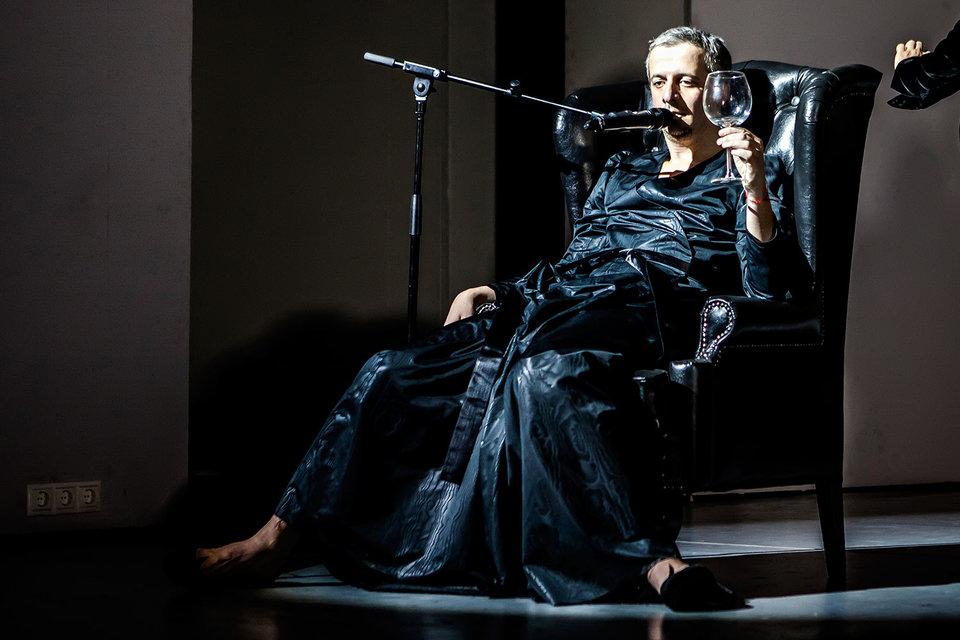 Режиссер Константин Богомолов вышел на сцену «Гоголь-центра» в качестве приглашенной звезды