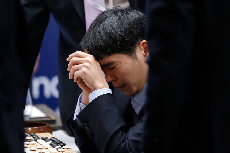 Ли считается одним из лучших игроков го в мире, поэтому до игры он был уверен в своей уверенной победе и утверждал, что AlphaGo не хватает интуиции