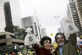 На воскресном митинге демонстранты смеялись над нынешним и бывшим президентами