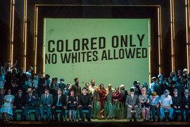 В постановке затронуты и темы расовой дискриминации