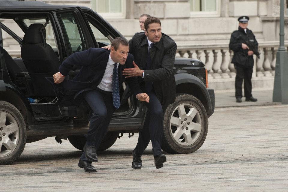 И охраннику (Джерард Батлер, справа), и президенту (Аарон Экхарт) нужна хорошая физическая форма
