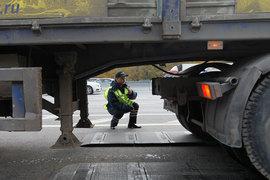 Росавтодор уже примеривается к тому, чтобы поставить грузовики, ездящие по российским дорогам, на системный весовой контроль