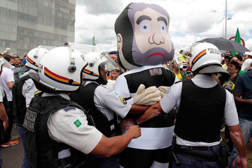 В четверг полицейским пришлось сдерживать демонстрантов, протестовавших около президентского дворца против назначения Луиса Инасиу Лулы да Силвы главой администрации президента