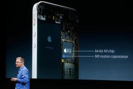 Вице-президент Apple Грег Джозвяк презентует iPhone SE