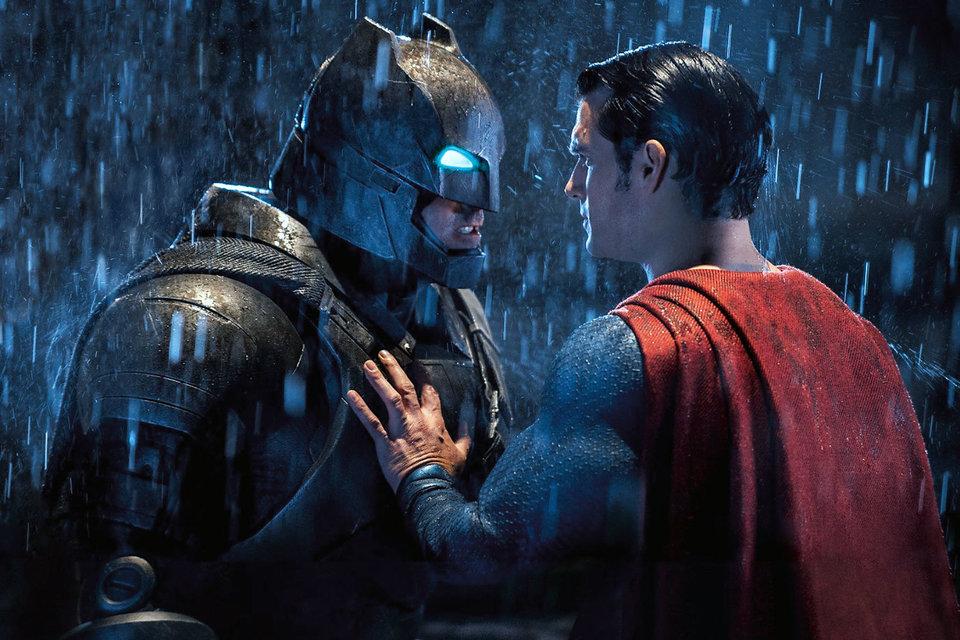 Супермен пытается уговорить Бэтмена не драться, но тот уже решил, что подраться пора
