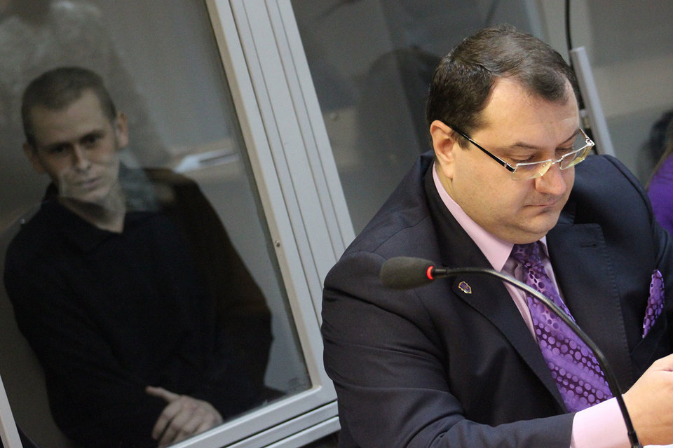 Адвокат Юрий Грабовский (справа) и его подзащитный россиянин Александр Александров