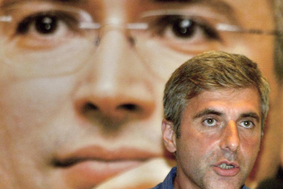 Бывший акционер ЮКОСа Леонид Невзлин на фоне плаката с Михаилом Ходорковским