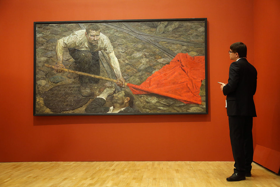 Красное на красном – самое яркое дизайнерское решение выставки «Гелий Коржев»