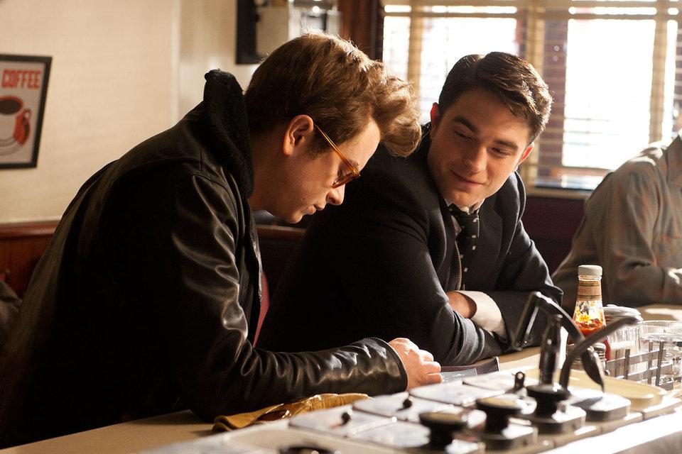 Звезда фильма Life – играющий фотографа Роберт Паттинсон (справа), а в роли Джеймса Дина не столь известный Дейн Дехаан