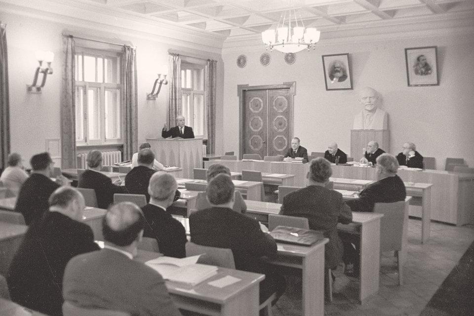 В СССР экономическая наука была замещена марксизмом и постепенно осталась практически без специалистов
