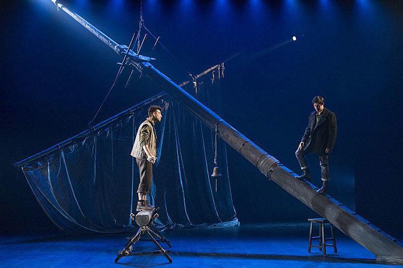 Сценограф водрузил на сцене остов корабля, но режиссер не придумал, что с ним делать