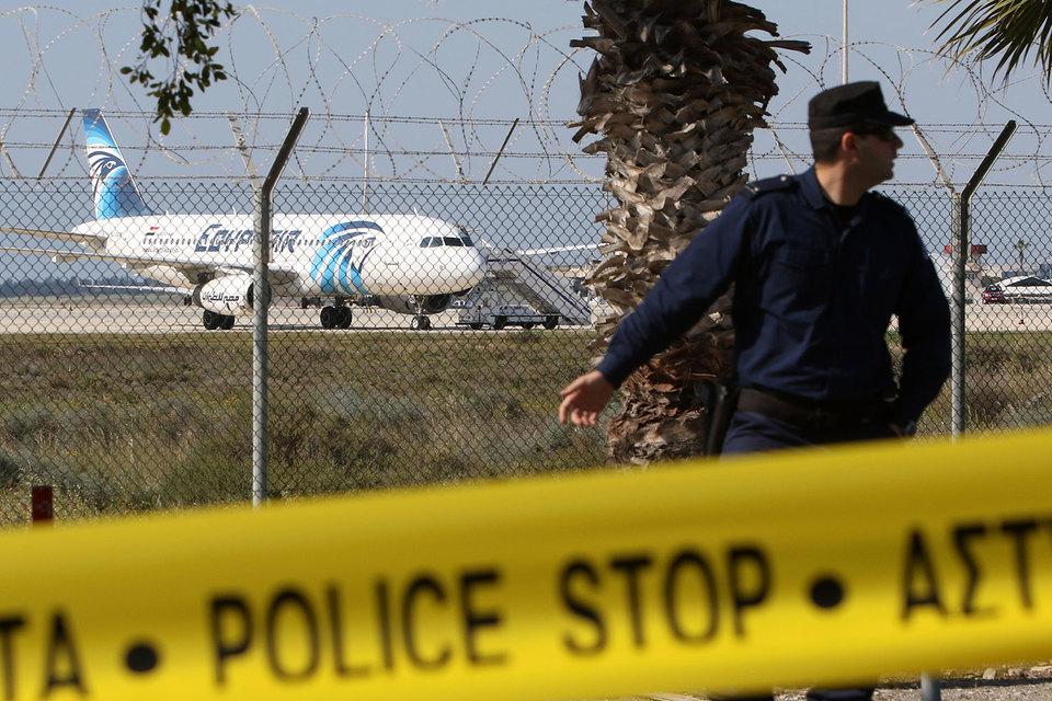 Лайнер A320, летевший внутренним рейсом MS181 из Александрии в Каир, был захвачен около 8.30 утра по местному времени