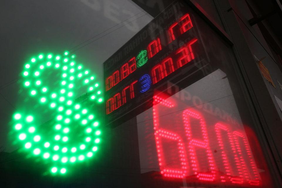 Биржевой курс доллара упал ниже 67 руб. впервые с начала декабря