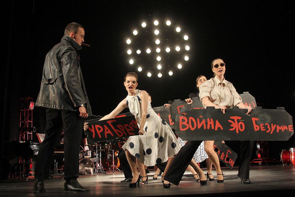Спектакль Юрия Бутусова сделан буквально в плакатной эстетике
