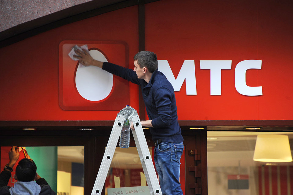 МТС все больше опережает конкурентов по мобильной выручке и OIBDA