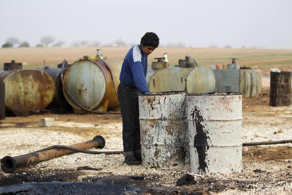 Из-за сокращения продажи нефти руководство ИГ на треть урезало выплаты боевикам