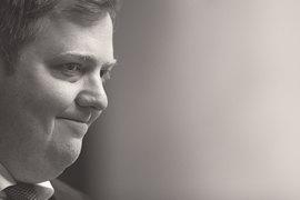 Премьер-министр Исландии Сигмюндюр Гюннлейгссон сбежал от журналистов после вопроса об офшорной компании. Но ему придется ответить на воросы парламента