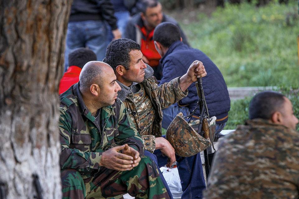 Министерства обороны Азербайджана и непризнанной Нагорно-Карабахской республики (НКР) во вторник днем объявили о достижении договоренности о прекращении огня