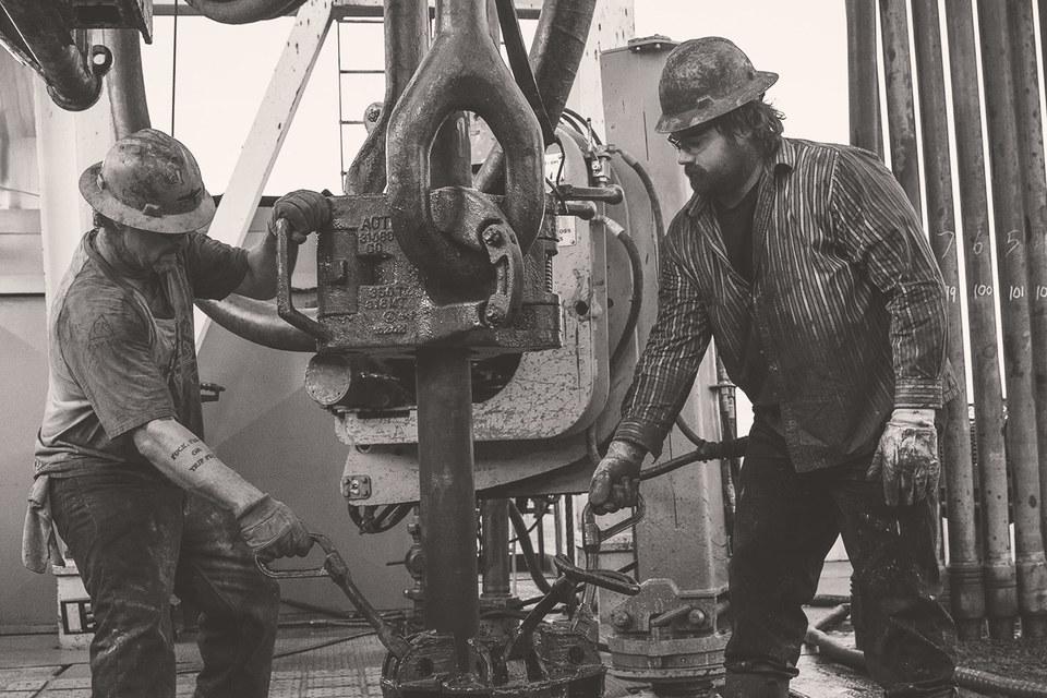 При нынешних ценах точно сокращают добычу американские нефтяники