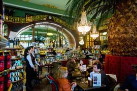 Сейчас в Елисеевском работает премиум-магазин и кафе