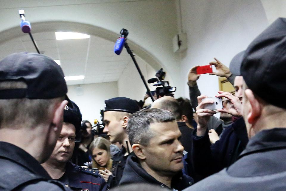 Дмитрию Каменщику (в центре) продлен домашний арест