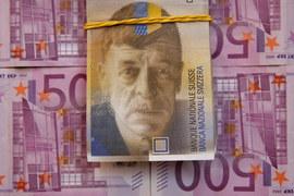 Швейцарский национальный банк, чтобы сдержать укрепление франка, сделал депозитную ставку для коммерческих банков отрицательной