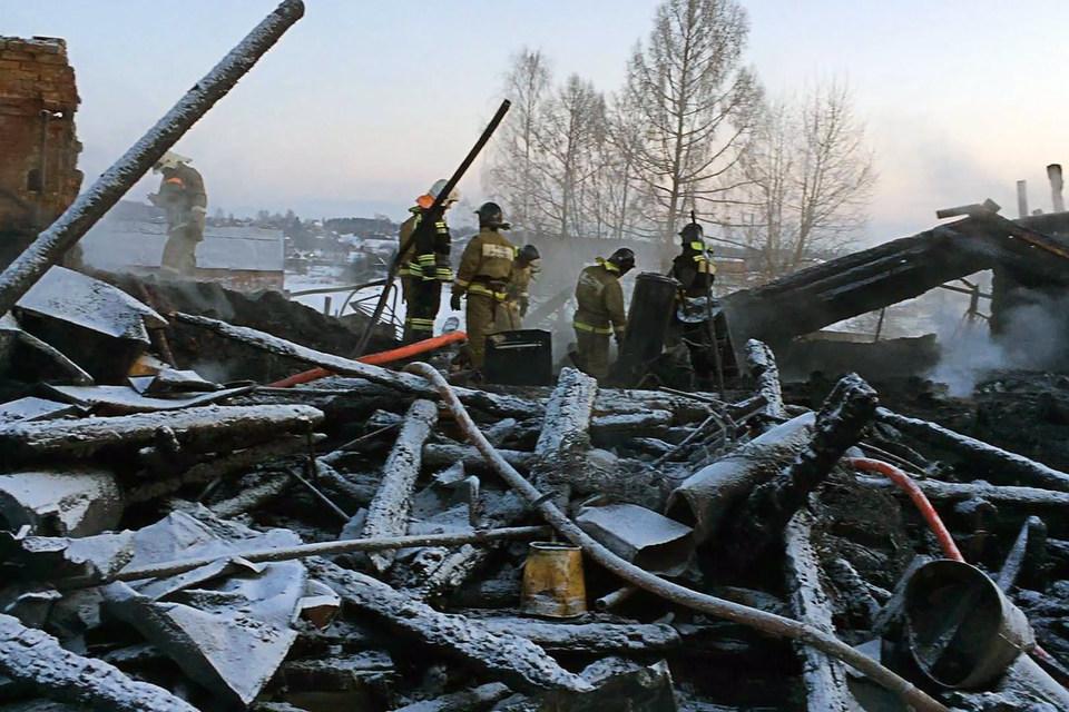 По предварительным данным, причиной пожара в многоквартирном доме в поселке могло стать короткое замыкание или неосторожное обращение с огнем