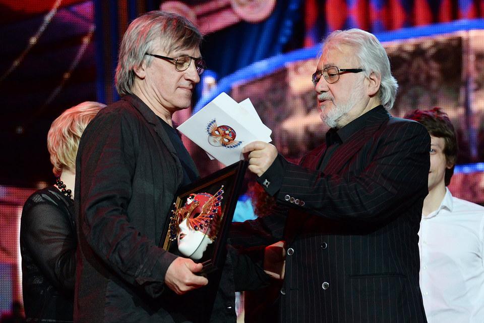 Дмитрий Крымов (слева) получил «Золотую маску» из рук Льва Додина, которого в этом году отметили специальной наградой СТД за выдающийся вклад в развитие театрального искусства