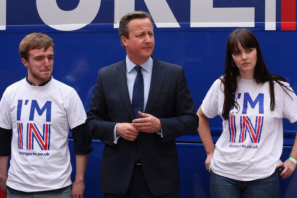 Премьер-министр Великобритании Дэвид Кэмерон (на фото среди участников кампании за сохранение членства в ЕС) и министр финансов Джордж Осборн предостерегают, что выход страны из Евросоюза приведет к негативным последствиям для экономики и благосостояния граждан