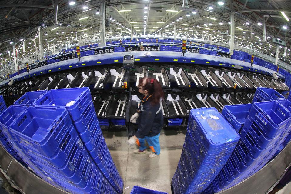 «Почта России» второй год подряд сохраняет рентабельность – с помощью сокращения операционных затрат. Выручка компании растет за счет международных пересылок