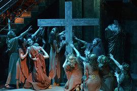 В спектакле оживают знакомые ритуалы