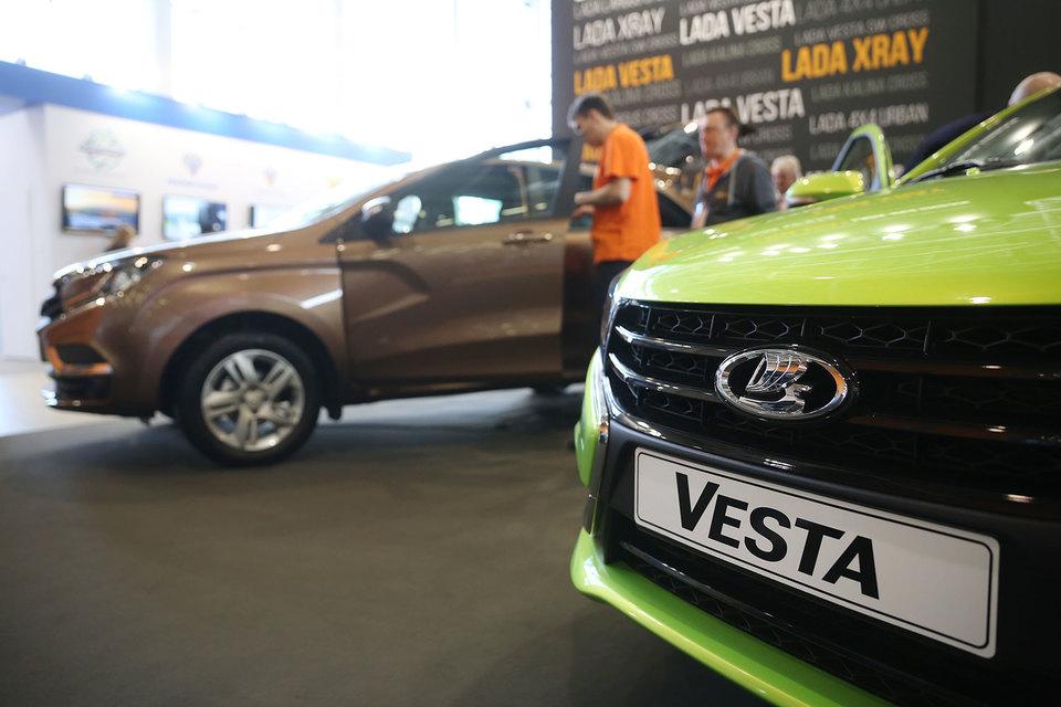 Автодилеры жалуются на нехватку Vesta и Xray