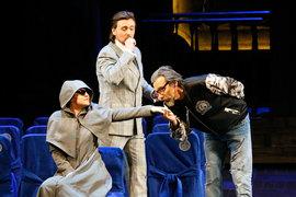 При первом знакомстве с Доном Паскуале Норина скрывает нрав под монашеским одеянием