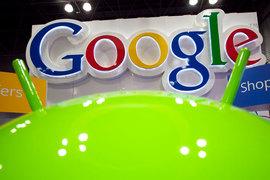 На практике оказалось, что поиск Google предустановлен по умолчанию как основной сервис на большинстве устройств Android, которые продаются в Европе