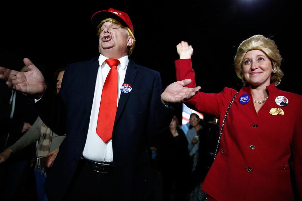 Сторонники демократов в костюмах Дональда Трампа и Хиллари Клинтон