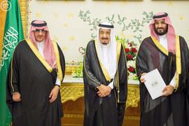 Король Салман, наследный принц Мухаммад ибн Наиф (слева) и его заместитель Мухаммад ибн Салман, отвечающий за экономику, хотят снять Саудовскую Аравию с нефтяной иглы