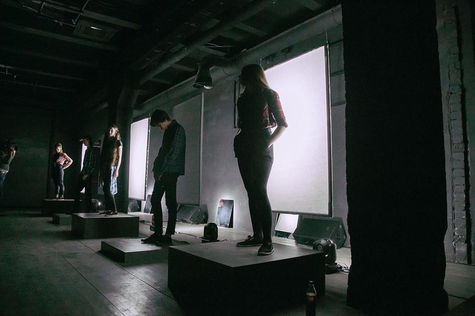 Весь спектакль актеры стоят на одних и тех же местах, иногда садятся