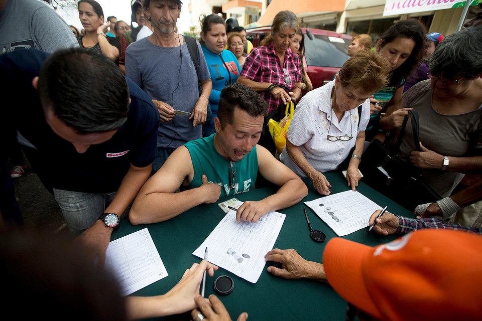 В Венесуэле собирают петиции за проведение референдума об отставке Николаса Мадуро