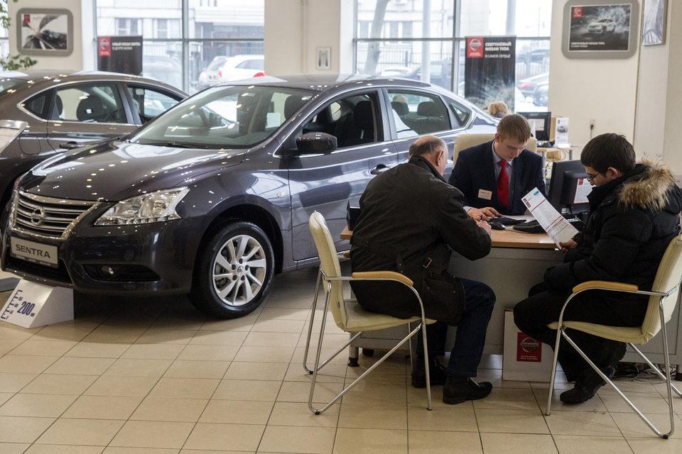Продажи автомобилей стали падать медленнее