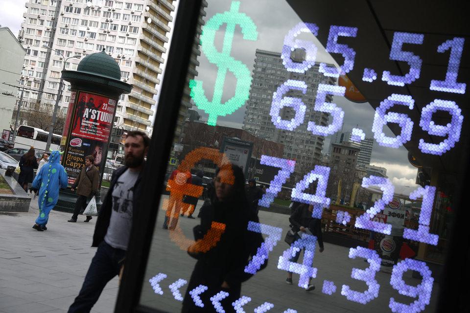 Граждане не успевают следить за падающими курсами валют