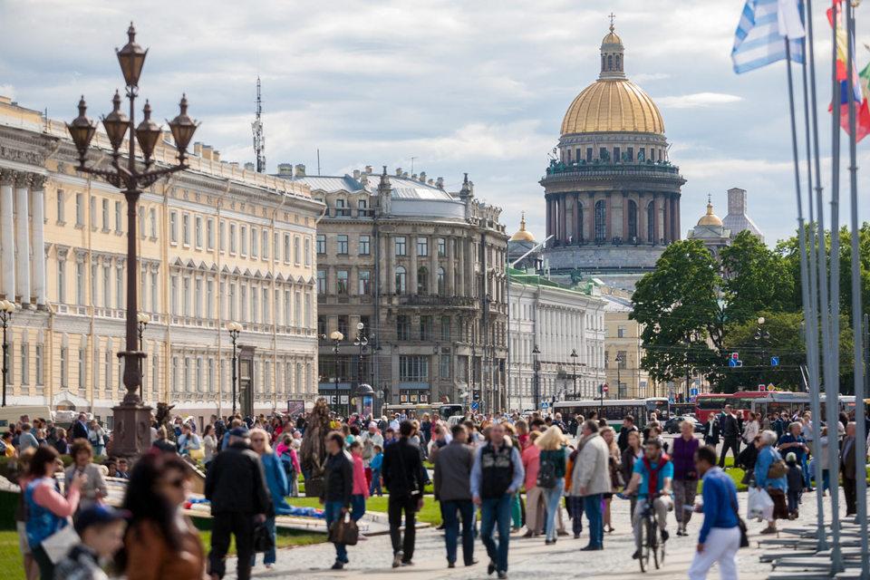 Поток туристов в Петербург не становится меньше